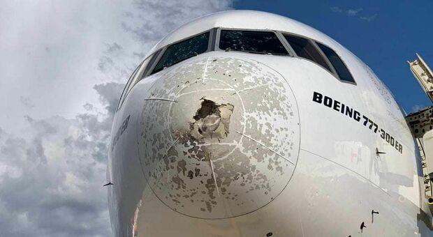 Maltempo, atterraggio d'emergenza a Malpensa: aereo per New York gravemente danneggiato dalla grandine
