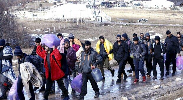 Bosnia, migranti al gelo: tende a Lipa. Continua l'emergenza. Pochi fondi a istituzioni locali