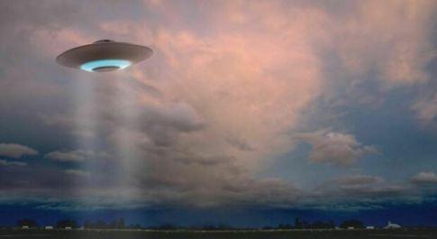 «Rapita dagli alieni 52 volte: mi hanno mostrato la loro tecnologia». Il racconto choc di una 50enne