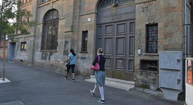 Roma, ragazza positiva al Covid al liceo Azzarita. «Certificazione falsa», paura tra i genitori