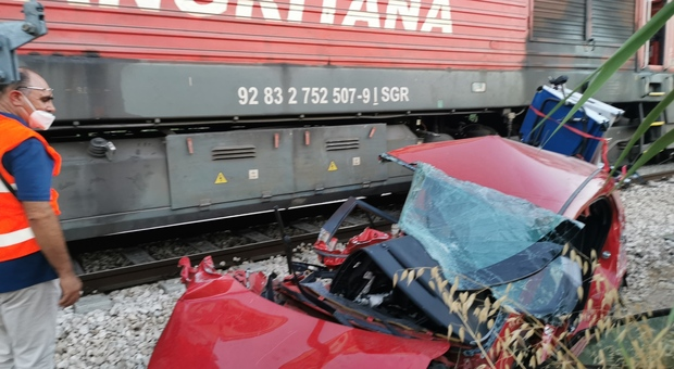 Passaggio a livello incustodito: auto contro treno carico di furgoni: genitori e bambino di 7 mesi in ospedale (foto COLACIOPPO)