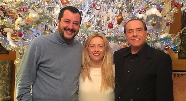Berlusconi, Meloni, Salvini e la foto con l'albero di Natale, l'ironia di Mentana: «I re magi»
