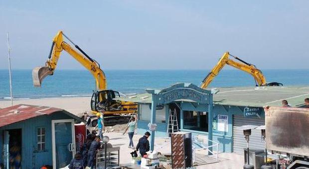 Ostia, in spiaggia arrivano le ruspe: due nuovi varchi per l'accesso al mare