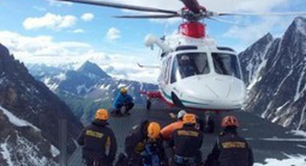 Monte Bianco, precipita dalla cresta mentre scende dalla vetta: muore alpinista