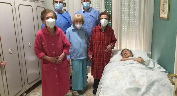 Le quattro infermiere insieme al medico e all'infermiere