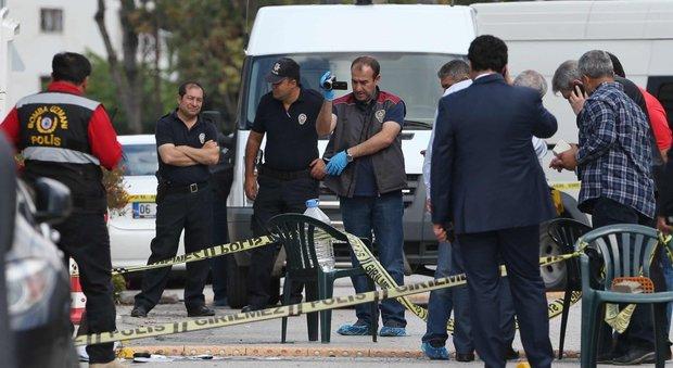 Turchia, si lancia con un coltello all'ingresso dell'ambasciata israeliana: ferito dagli agenti