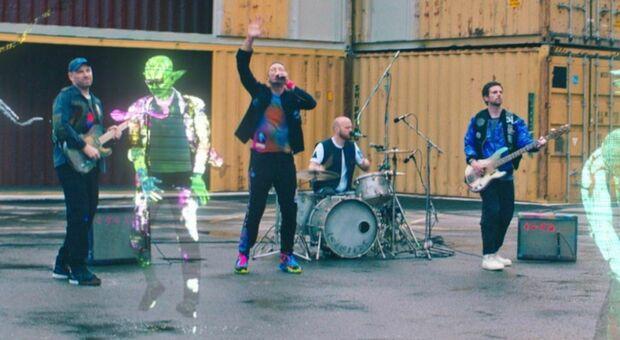 Coldplay, Chris Martin: «Così la pandemia mi ha cambiato». Per il nuovo singolo lancio spaziale