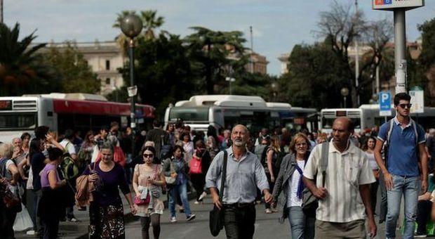 Roma, crolla controsoffitto, chiusa la metro A: i calcinacci colpiscono un convoglio