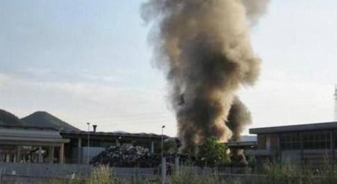 """Ferentino, incendio alla ex Cemamit: una """"bomba"""" di amianto. Allarme ambientale"""