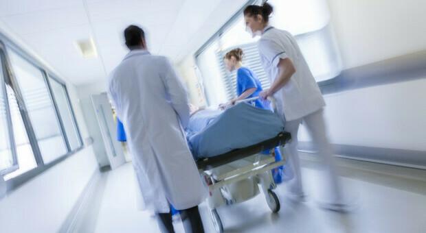 Lerici, cade dalla finestra del secondo piano, bambino di 5 anni è in coma: «È gravissimo»