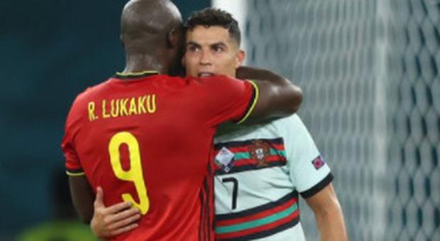 Cristiano Ronaldo e Lukaku, cosa si sono detti all'orecchio? L'abbraccio dopo Belgio-Portogallo scatena i social