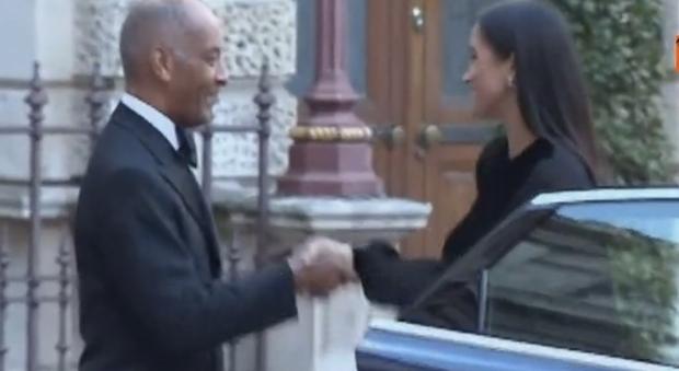 Gb, schiaffo al protocollo: Meghan Markle chiude lo sportello dell'auto da sola