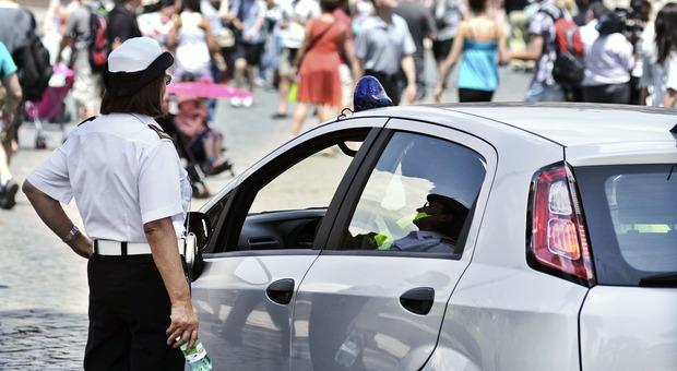 Roma, «Troppo caldo lavorare al sole»: i vigili urbani vogliono i gazebo
