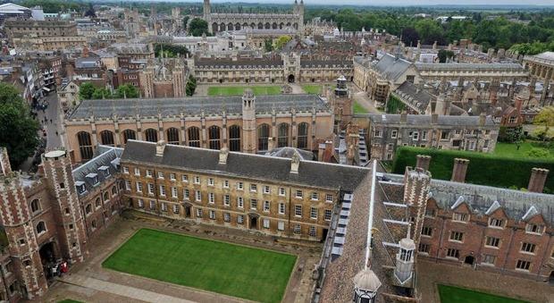 Cambridge alza bandiera bianca: lezioni online fino all'estate 2021