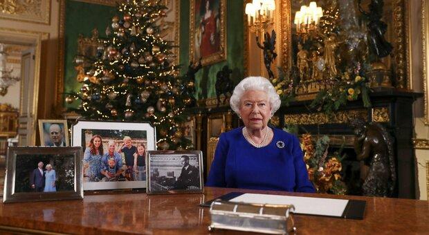 Covid, i tabloid britannici: «La regina Elisabetta a giorni farà il vaccino Pfizer»