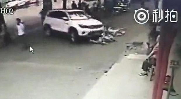 Cina, suv travolge la gente alla fermata del bus, l'autista: «Ciabatte incastrate nei pedali»