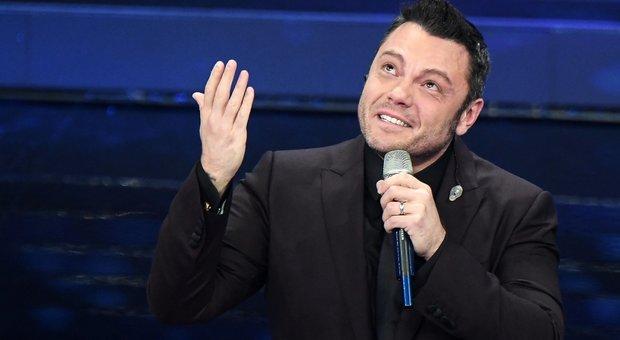 Sanremo, Tiziano Ferro canta Mia Martini, stecca e piange: «Non ce l'ho fatta, scusate»