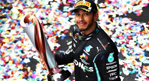 Lewis Hamilton festeggiato sul podio in Turchia dove ha conquistato il suo settimo Mondiale di Fomula 1