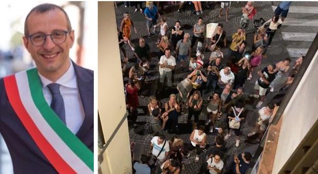 No vax, minacce sotto la casa del sindaco di Pesaro: «Vergogna squadristi, la mia famiglia spaventata»