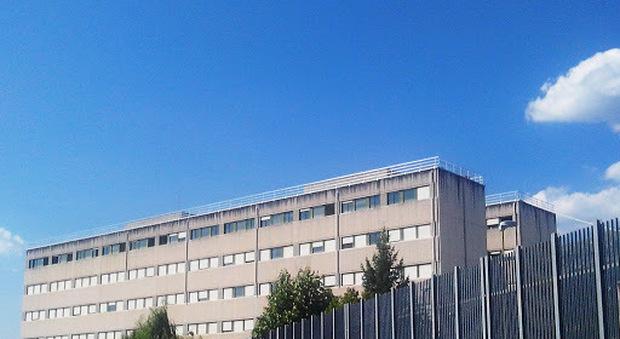 Sulmona, detenuto camorrista aggredisce gli agenti del carcere: tre feriti