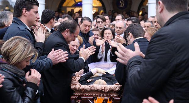 Funerali del boss delle cerimonie: applausi per don Antonio