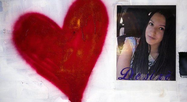 Un cuore accanto alla foto di Desirèe Mariottini, nella strada dove è stata uccisa il 24 ottobre 2018