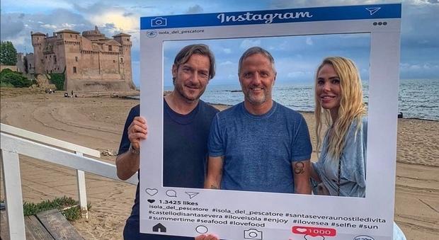 Totti e Ilary con Stefano Quartieri, uno dei titolari dell'Isola del pescatore