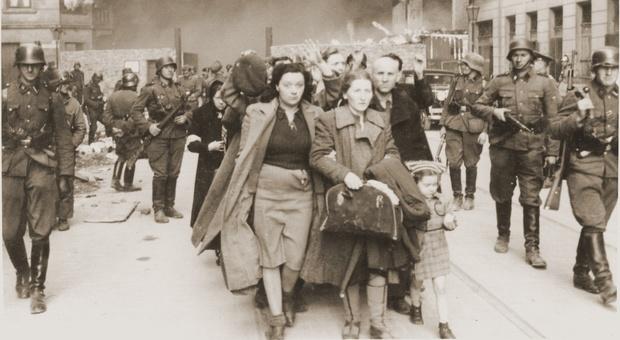 Il 19 aprile 1943 la rivolta del ghetto di Varsavia: gli ambasciatori della Polonia e di Israele con un narciso alla sinagoga di Roma