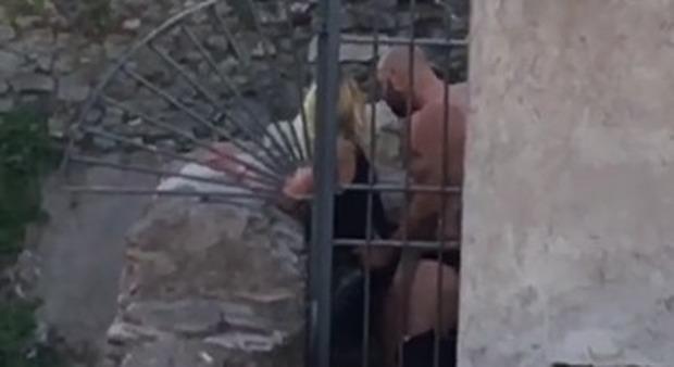 Così decidono di filmarsi in bagno mentre fanno sesso e lo fanno con una.