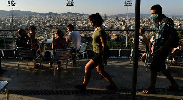 Catalogna, il governo spagnolo: «Tutto sotto controllo». Ma i tour operatori stranieri sospendono i viaggi