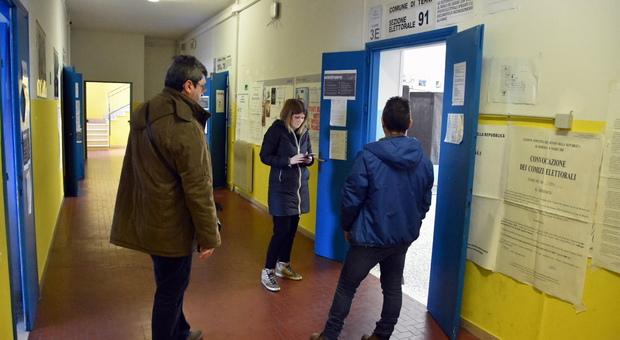 Senato Umbria 2, alle 19 affluenza del 12,17 per cento dei votanti. Nei seggi amuchina, scrutatori con i guanti di lattice