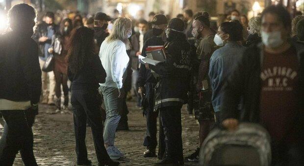 Nuovo Dpcm, Conte: vietato sostare davanti ai bar dalle 21, feste solo in 6. Regioni: «Lezioni da casa». Azzolina: no