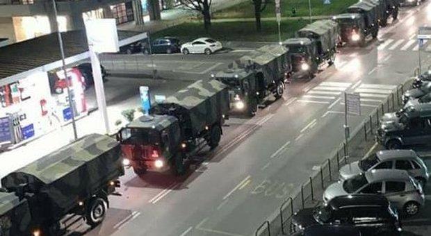 Bergamo, i camion dell'esercito attraversano il cuore della città con le bare dei morti per l'epidemia