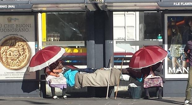 Roma, la fermata del bus diventa un dormitorio per clochard: il degrado a piazzale Flaminio