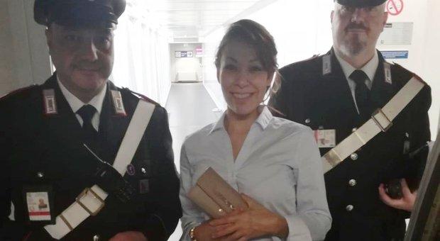6033a7e2e8 Perde in aeroporto il portafogli con seimila euro, i carabinieri glielo  ritrovano: «Erano i suoi risparmi»