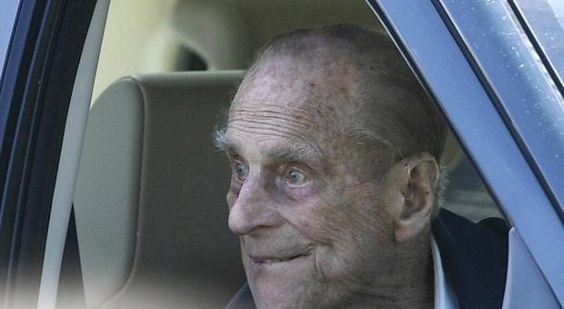 Il principe Filippo a 97 anni rinuncia alla patente: fatale l'ultimo incidente