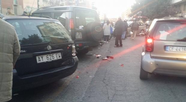 """Roma, carro attrezzi del Comune """"perde"""" l'auto: passanti rischiano di essere schiacciati e danni a quattro vetture"""