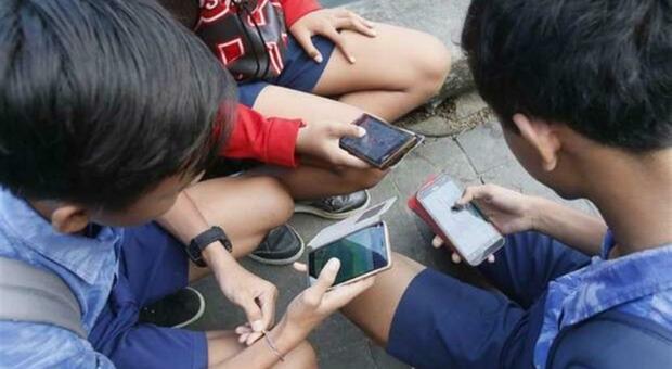 «Gioca con me o mi uccido», spunta nuova sfida WhatsApp: polizia salva 13enne