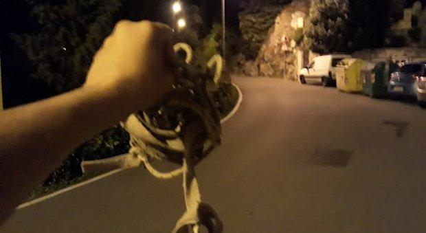 La trappola: corda tesa sulla strada, ragazza in scooter ferita gravemente, caccia a quattro minorenni a Santarcangelo