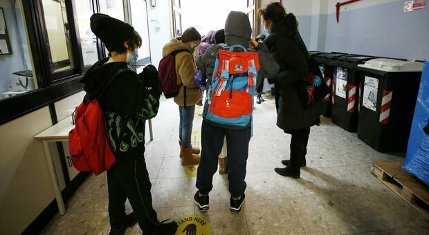 Scuola, rinvio dell'apertura in 14 Regioni. M5S: «Traditi dal Pd». Zingaretti: conta la sicurezza