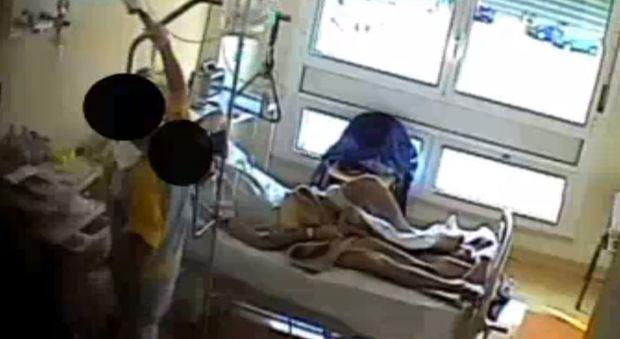 Rimini, derubava i pazienti in ospedale durante le pulizie