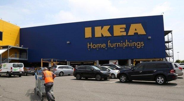 Ikea, sostituivano le etichette dei prodotti per fare sconti ai familiari: 10 dipendenti licenziati