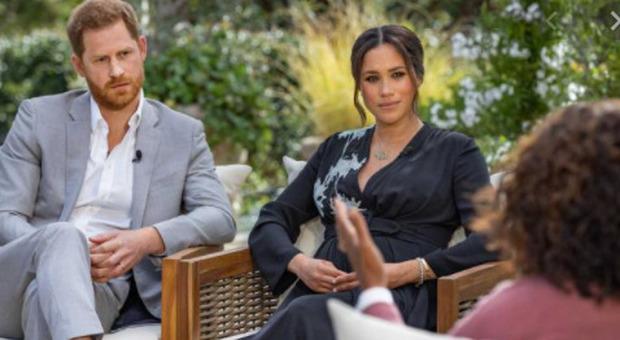 Meghan e Harry, riunione d'urgenza tra membri della casa reale: a rischio il titolo da duchi?
