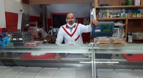 Foligno, saccheggiano negozio di alimentari e macelleria: caccia ai ladri buongustai. Bottino da 5mila euro