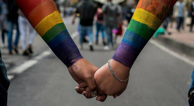 Fregene, coppia gay si bacia davanti allo stabilimento della Marina militare: cacciati