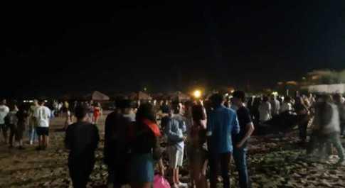 In foto una festa non autorizzata questa estate a Pescara. Festa in spiaggia con cento ragazzi che bevono e ballano senza mascherina: gestore denunciato