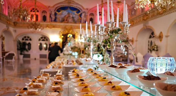 Boss delle cerimonie, nozze con rissa nel castello: invitato rompe il piatto in testa al cameriere