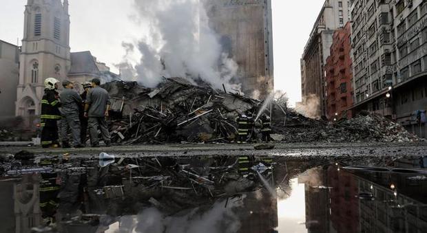 Brasile, crolla un intero palazzo di sette piani a Fortaleza: paura per le persone sotto le macerie