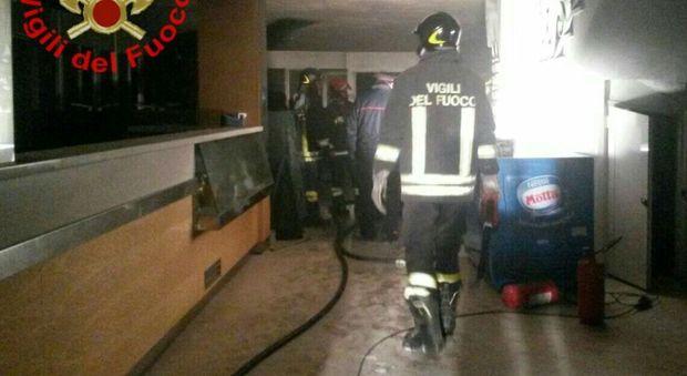 L'incendio nello stabilimento balneare di Gaeta