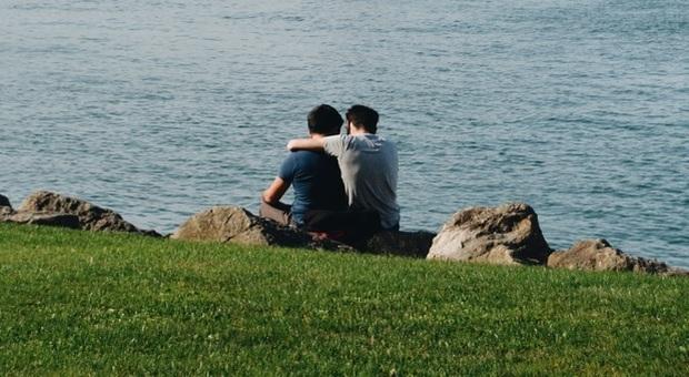 Figlio gay, i genitori non lo accettano: botte e sequestro, poi lo spediscono sul Mar Nero (Photo by Madalena Veloso on Unsplash)